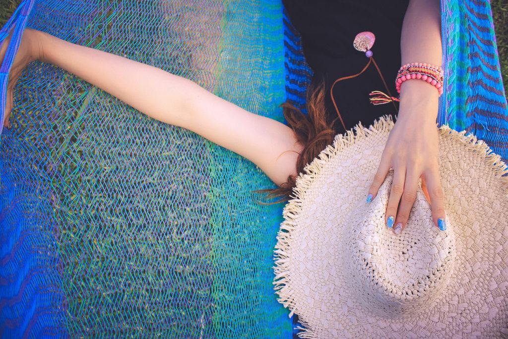 お昼寝する人の中で一番オシャレに寝ているハンモックの上の女の子(当社比)