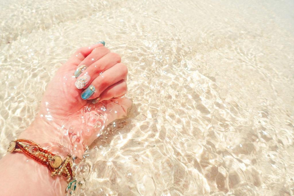 ありえないくらい透明な海と砂浜と夏ネイル